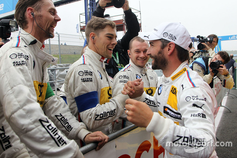 Polesitter Timo Glock, BMW Team MTEK, BMW M4 DTM, feiert