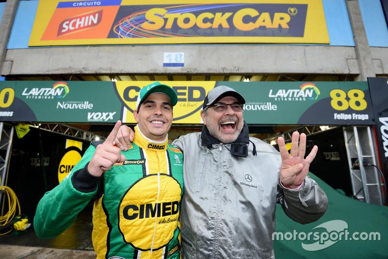 Marcos Gomes comemora pole ao lado de seu pai, Paulo Gomes