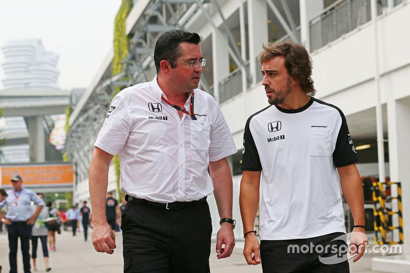 Eric Boullier, McLaren-Rennleiter, mit Fernando Alonso, McLaren