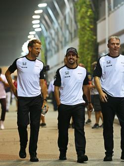Jenson Button, McLaren con Fernando Alonso, McLaren y  Dave Redding, McLaren Director deportivo
