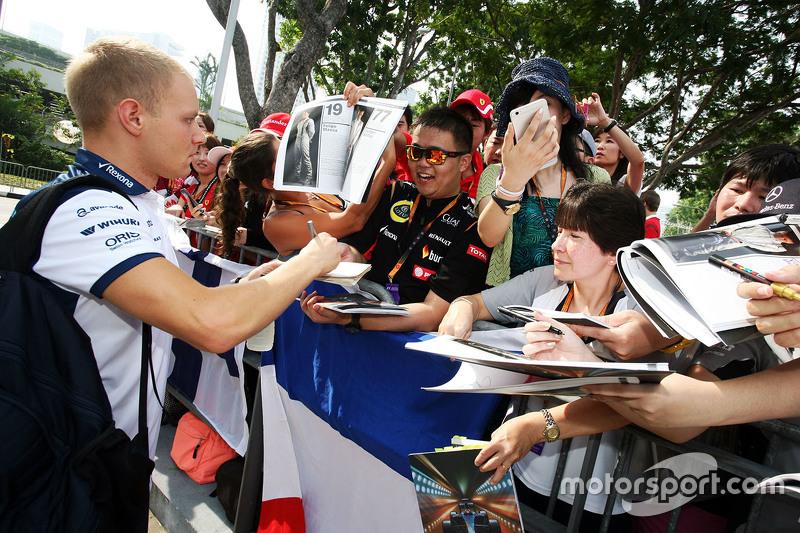 Valtteri Bottas, Williams, schreibt Autogramme für die Fans