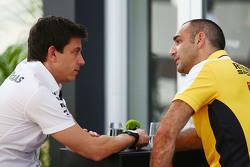 Toto Wolff, Directeur Exécutif Mercedes AMG F1 avec Cyril Abiteboul, Directeur Général Renault Sport F1