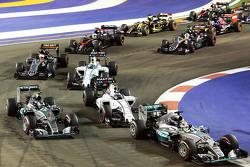 Lewis Hamilton, Mercedes AMG F1 W06, Nico Rosberg, Mercedes AMG F1 W06 en Valtteri Bottas, Williams FW37 bij de start