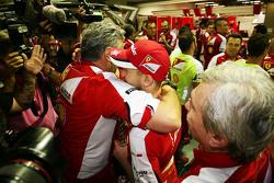Победитель гонки - Себастьян Феттель, Ferrari празднует с Маурицио Арривабене, руководителем команды Ferrari