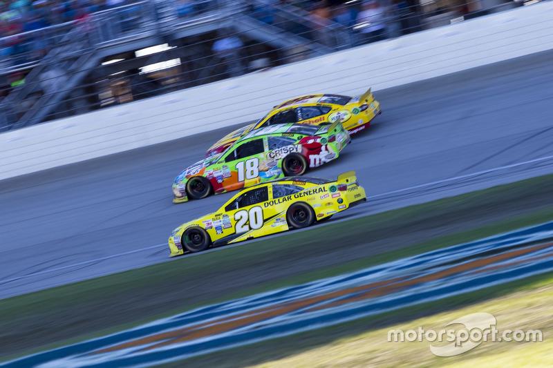 Matt Kenseth, Joe Gibbs Racing Toyota ve Kyle Busch, Joe Gibbs Racing Toyota ve Kyle Larson, Chip Ganassi Racing Chevrolet