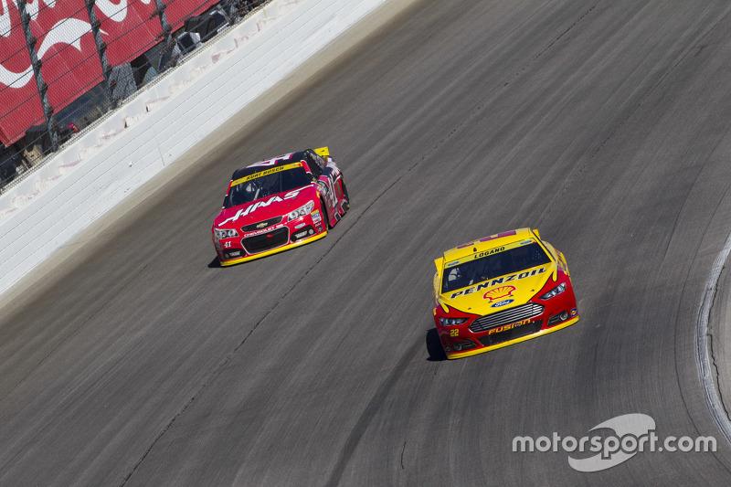 Joey Logano, Team Penske Ford; Kurt Busch, Stewart-Haas Racing Chevrolet