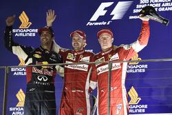 Podio: ganador de la carrera, Sebastian Vettel, de Ferrari, el segundo lugar Daniel Ricciardo, de Red Bull Racing, el tercer lugar Kimi Raikkonen, de Ferrari