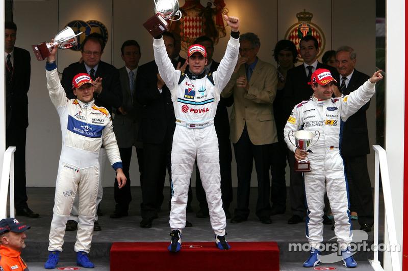 Podium: le vainqueur Pastor Maldonado avec Giorgio Pantano et Timo Glock