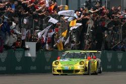 Zieldurchfahrt: #1 Manthey Racing, Porsche 911 GT3 RSR: Timo Bernhard, Marc Lieb, Romain Dumas, Marcel Tiemann