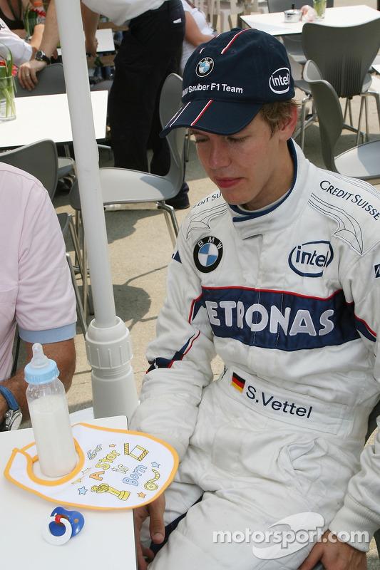 Sebastian Vettel, piloto de testes da BMW Sauber F1 Team, é presenteado com um babador descrito