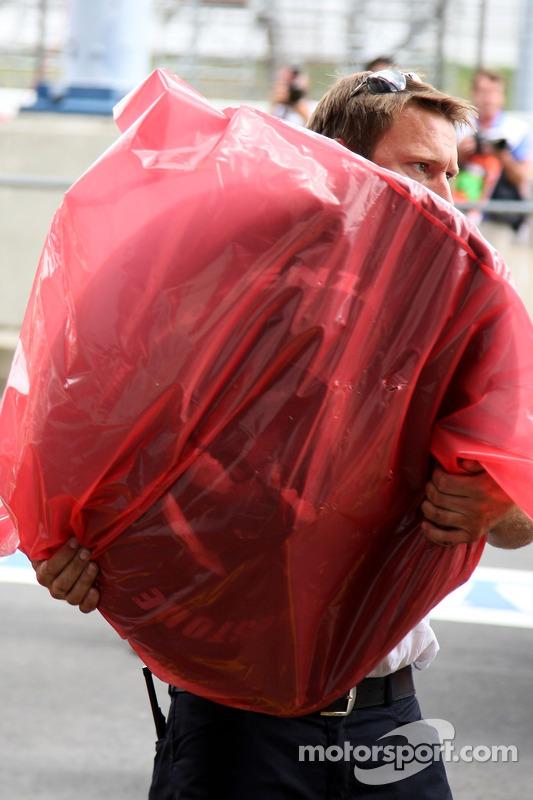 Шина з боліда McLaren Mercedes Льюіса Хемілтона