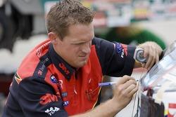 Le chef de la voiture, Ryan McKinney, apporte des ajustements sur la 3M Ford Fusion