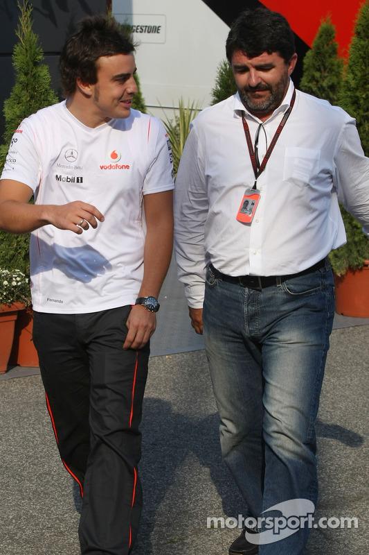 Фернандо Алонсо, McLaren Mercedes та Луіс Гарсія Абад, менеджер іспанця, виходять з автобусу Берні Е