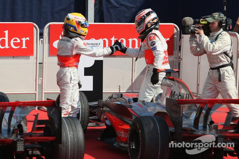 Ganador de la carrera Fernando Alonso celebra con Lewis Hamilton