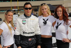 Пилот Хенри Зогейб Michael Shank Racing позирует с тремя девушками Playboy Playmates