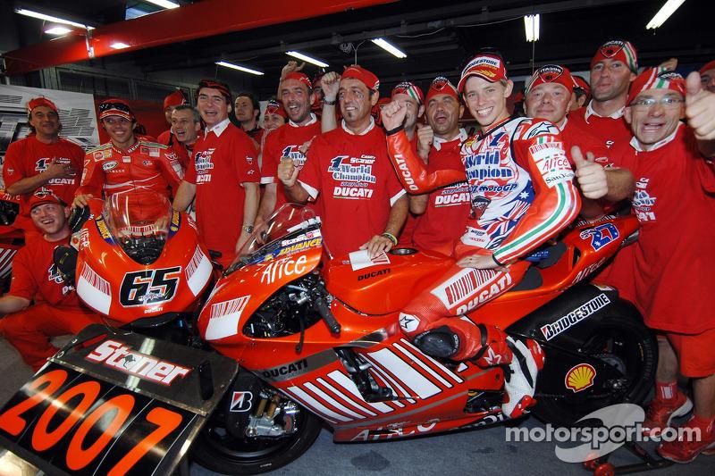 Чемпіон MotoGP 2007 Кейсі Стоунер святкує разом із командою