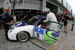 Pitstop for #11 Manthey Racing Porsche 911 GT3: Gary Williams, Daniel Cooke, Julian Perry, Trevor Reeves