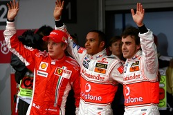 Ganador de la pole Lewis Hamilton, McLaren Mercedes, segundo puesto Fernando Alonso, McLaren Mercedes, y el tercero Kimi Raikkonen, Scuderia Ferrari