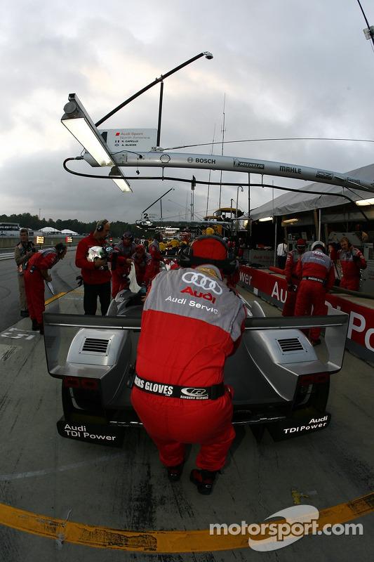 Les membres de l'équipe Audi Sport North America au travail