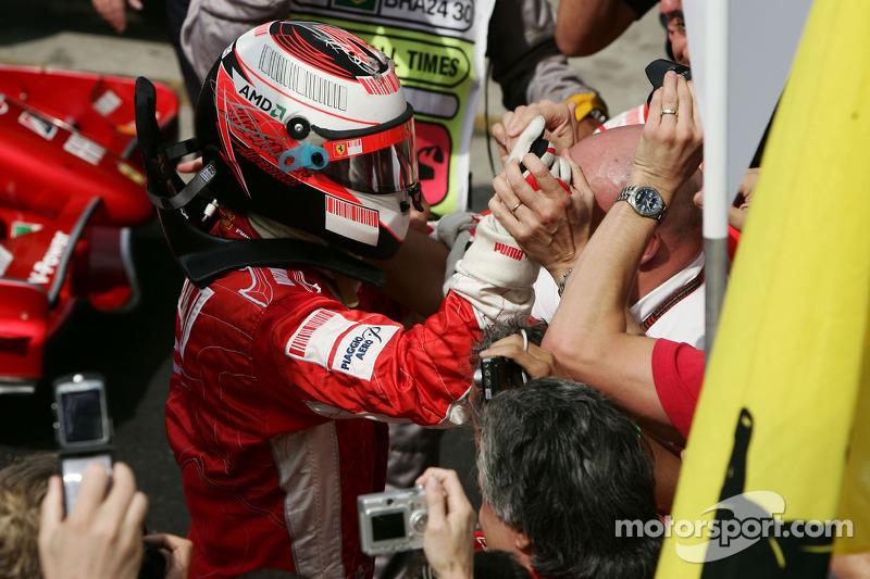 Ganador de la carrera y Campeón del Mundo 2007 Kimi Raikkonen celebra con su equipo