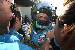 Третье место - Джон Хопкинс празднует с членами команды Rizla+ Suzuki