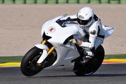 خورخي لورينزو بطل فئة 250 سم مكعّب يختبر درّاجة ياماها واي زد ار-ام1 للمرّة الأولى