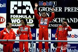 Podyum: Yarış galibi Ayrton Senna ve Alain Prost ve Gerhard Berger