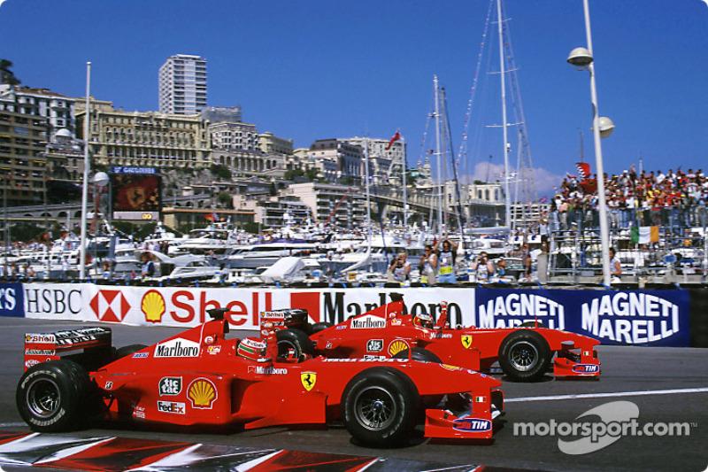 Ganador de la carrera Michael Schumacher celebra con el segundo lugar Eddie Irvine