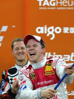 Podio:Ganador de la Carrera de Campeones Mattias Ekström celebra con el segundo lugar Michael Schumacher
