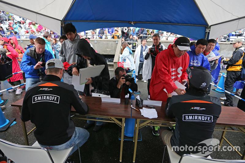 Ніко Хюлкенберг, Sahara Force India F1 та Серхіо Перес, Sahara Force India F1 роздають автографи для
