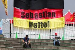 Fans auf den Tribünen mit Plakat für Sebastian Vettel, Ferrari