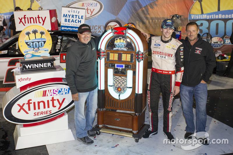 Race winner Ryan Blaney, Team Penske Ford with Geoff Bodine
