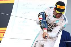 Ganador de la carrera Lewis Hamilton, de Mercedes AMG F1 W06 celebra en el podio