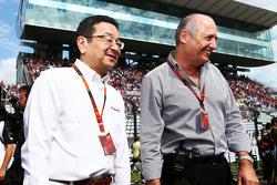 Takahiro Hachigo, CEO de Honda y Ron Dennis, presidente ejecutivo de McLaren en la parrilla