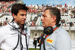 Toto Wolff, Mercedes AMG F1 aandeelhouder en Executive Director met Mario Isola, Pirelli Racing Manager op de grid