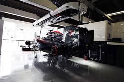 El McLaren Honda MP4-30 de Fernando Alonso, en el garaje