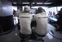 Lewis Hamilton, de Mercedes AMG F1 Team con Nico Rosberg, de Mercedes AMG F1