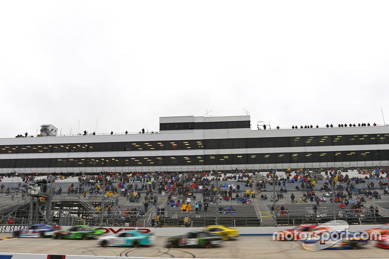 Restart: Elliott Sadler, Roush Fenway Racing leads
