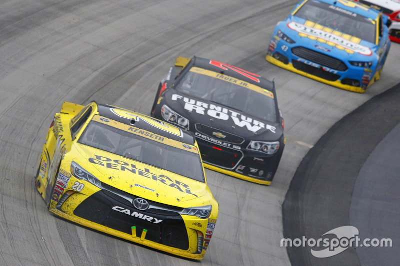 Matt Kenseth, Joe Gibbs Racing Toyota ve Martrin Truex Jr., Furniture Row Racing Chevrolet