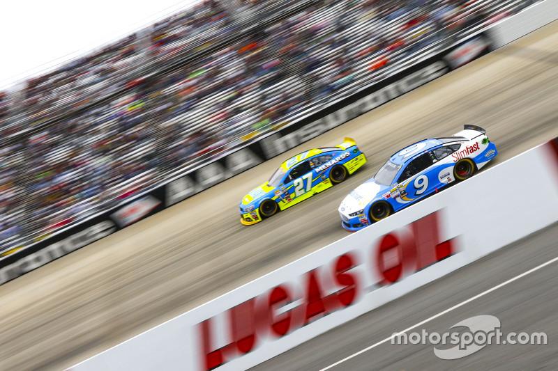 Paul Menard, Richard Childress Racing Chevrolet and Sam Hornish Jr., Richard Petty Motorsports Ford
