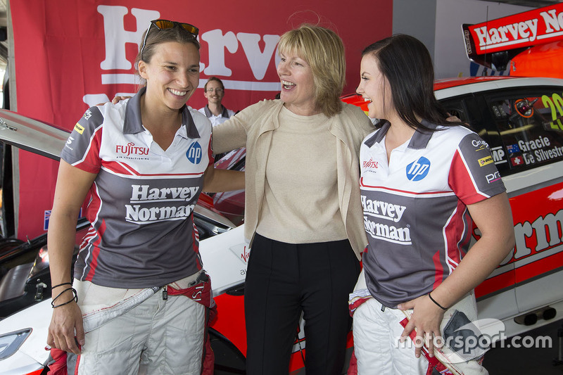 Renee Gracie e Simona de Silvestro, Prodrive Racing Australia Ford con Katie Page, CEO di Harvey Nor