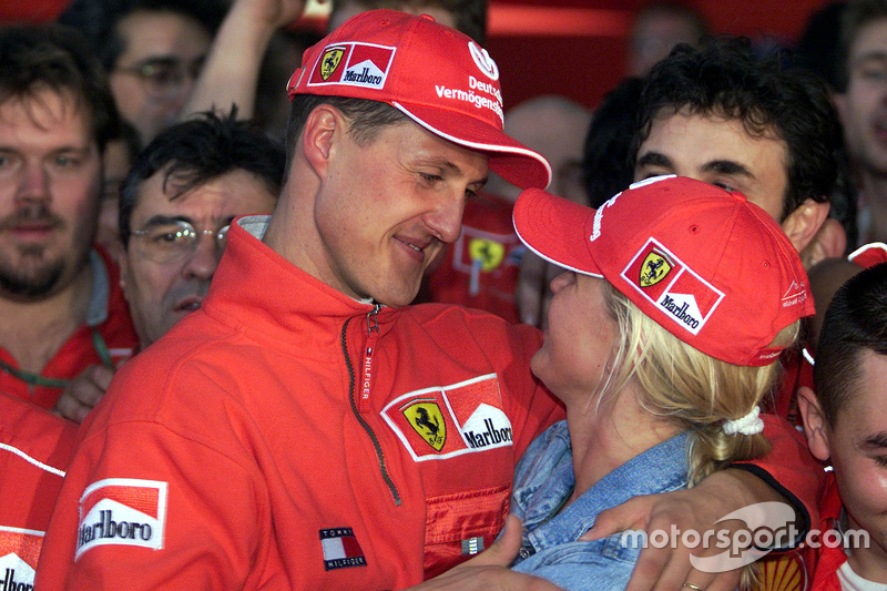 Ganador de la carrera y Campeon del Mundo del 2000 Michael Schumacher, Ferrari con su esposa Corinna