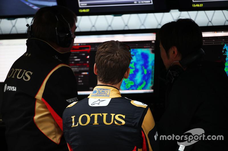 Romain Grosjean, Lotus F1 Team on the pit gantry with Ayao Komatsu, Lotus F1 Team Race Engineer,