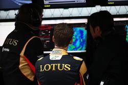 Romain Grosjean, Lotus F1 Team, am Kommandostand mit Ayao Komatsu, Lotus F1 Team, Renningenieur