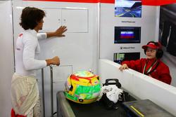 Roberto Merhi, Manor F1 Team con un invitado joven del equipo