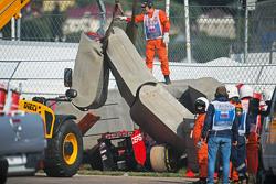 Scuderia Toro Rosso STR10 de Carlos Sainz Jr., en las barreras de Tecpro después que se estrelló en