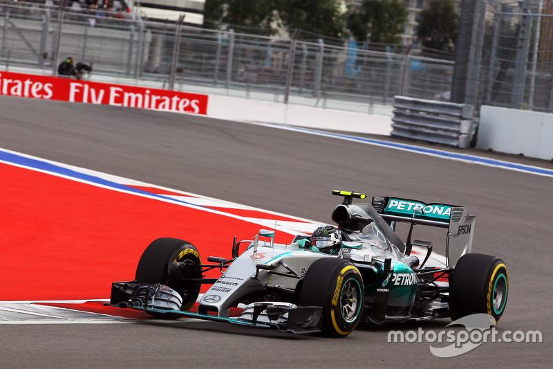 Свои лучшие результаты оба пилота Mercedes поставили во время первого выезда в третьем сегменте квалификации, где Росберг оказался быстрее Хэмилтона на три десятые секунды. На второй попытке Нико улучшить время не смог, а Льюис допустил ошибку и вернулся в боксы