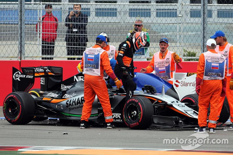 Ніко Хюлкенберг, Sahara Force India F1 VJM08 та Маркус Ерікссон, Sauber F1 Team зіткнулися на старті
