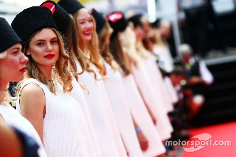 Chicas de la parrilla en el desfile de pilotos GP de Rusia