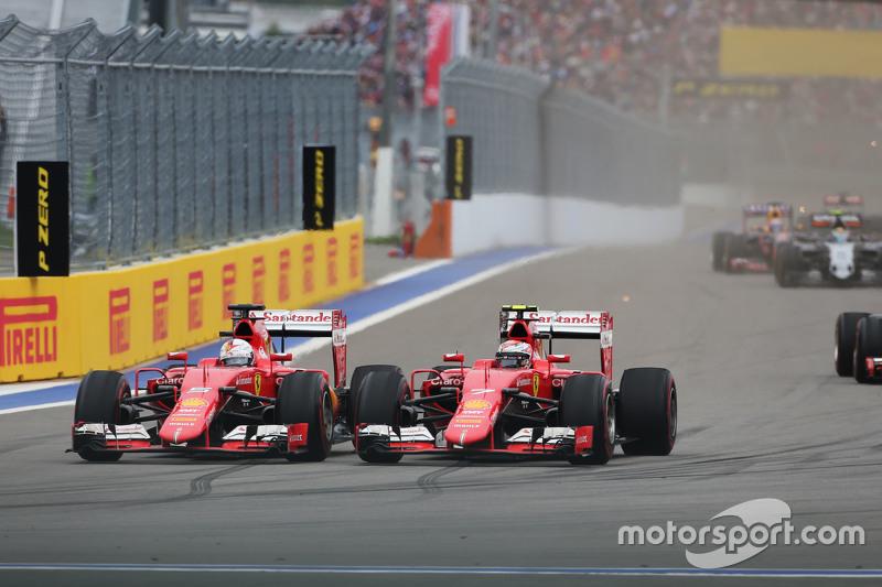 Sebastian Vettel, Ferrari SF15-T y su compañero de equipo Raikkonen, Ferrari SF15-T pelean por la posición